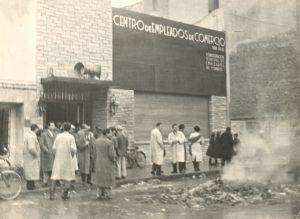 Saqueo y quema de la biblioteca del Sindicato de Empleados de Comercio (Córdoba entre Rivadavia y San Martín). Aporte de Guillermo Bianchi a Fotos de Familia.
