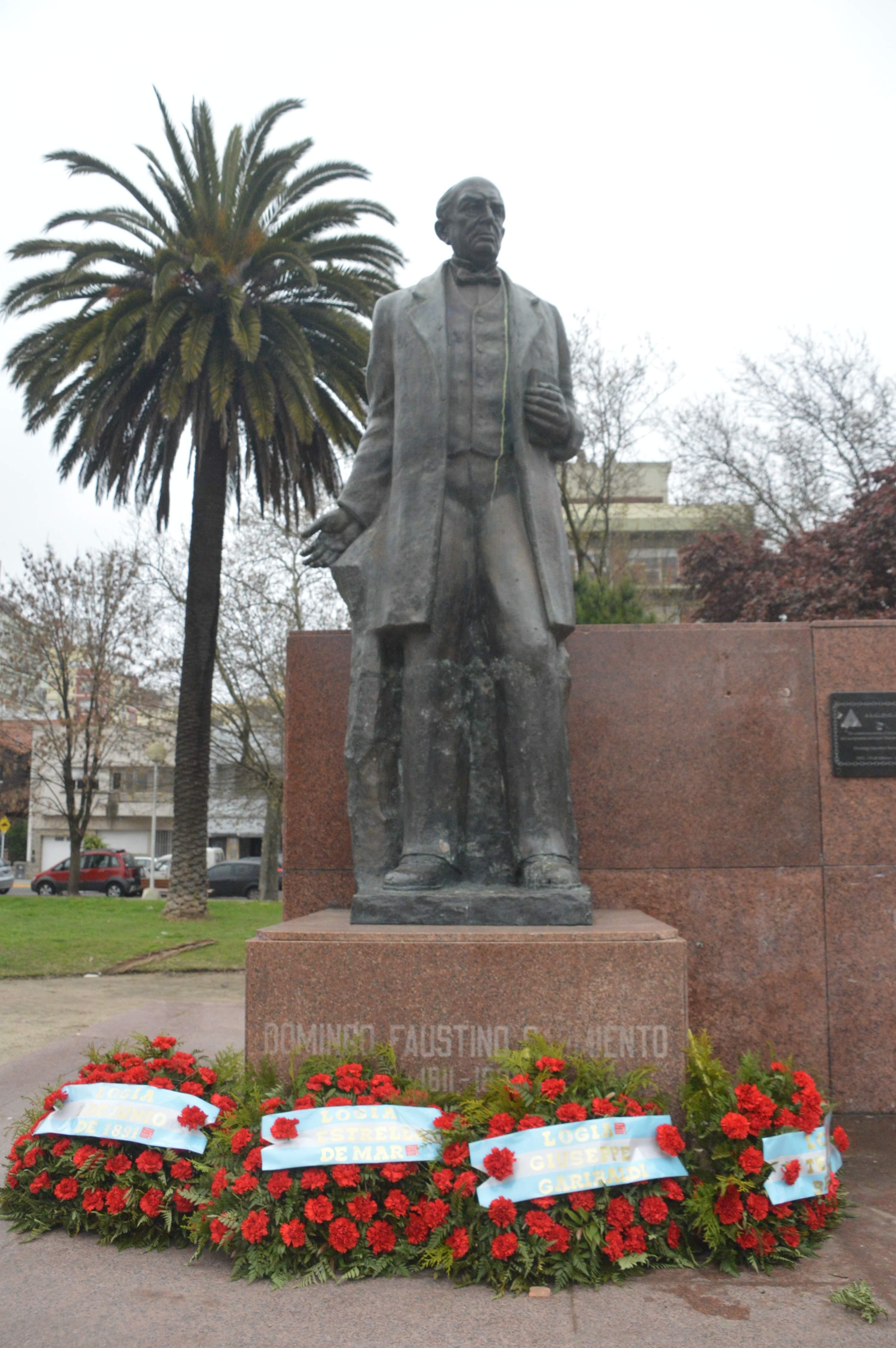 El monumento a Sarmiento, que ayer cumplía 50 años, no luce ofrendas florales del municipio ni de ninguna otra autoridad local.