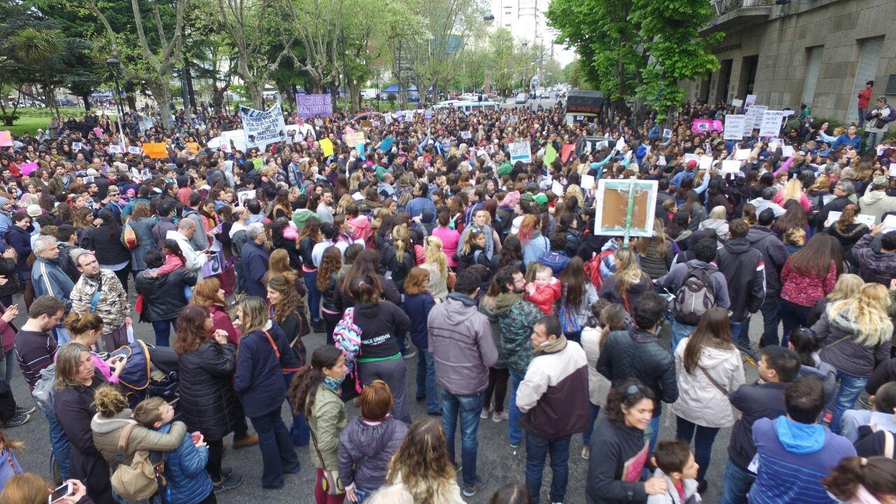 Miles de marplatenses se mostraron conmovidos por el brutal crimen de la adolescente Lucía Pérez. Un hecho que motivó además la realización de otras marchas y protestas en el resto del país.