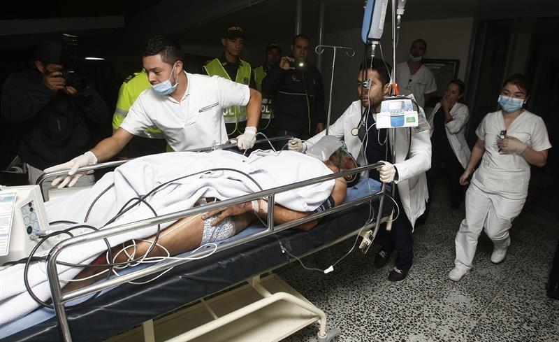 Miembros de la Clínica San Juan de Dios reciben al jugador Alan Ruschel, primer superviviente del accidente del avión. Foto: EFE/Eduardo Noriega.