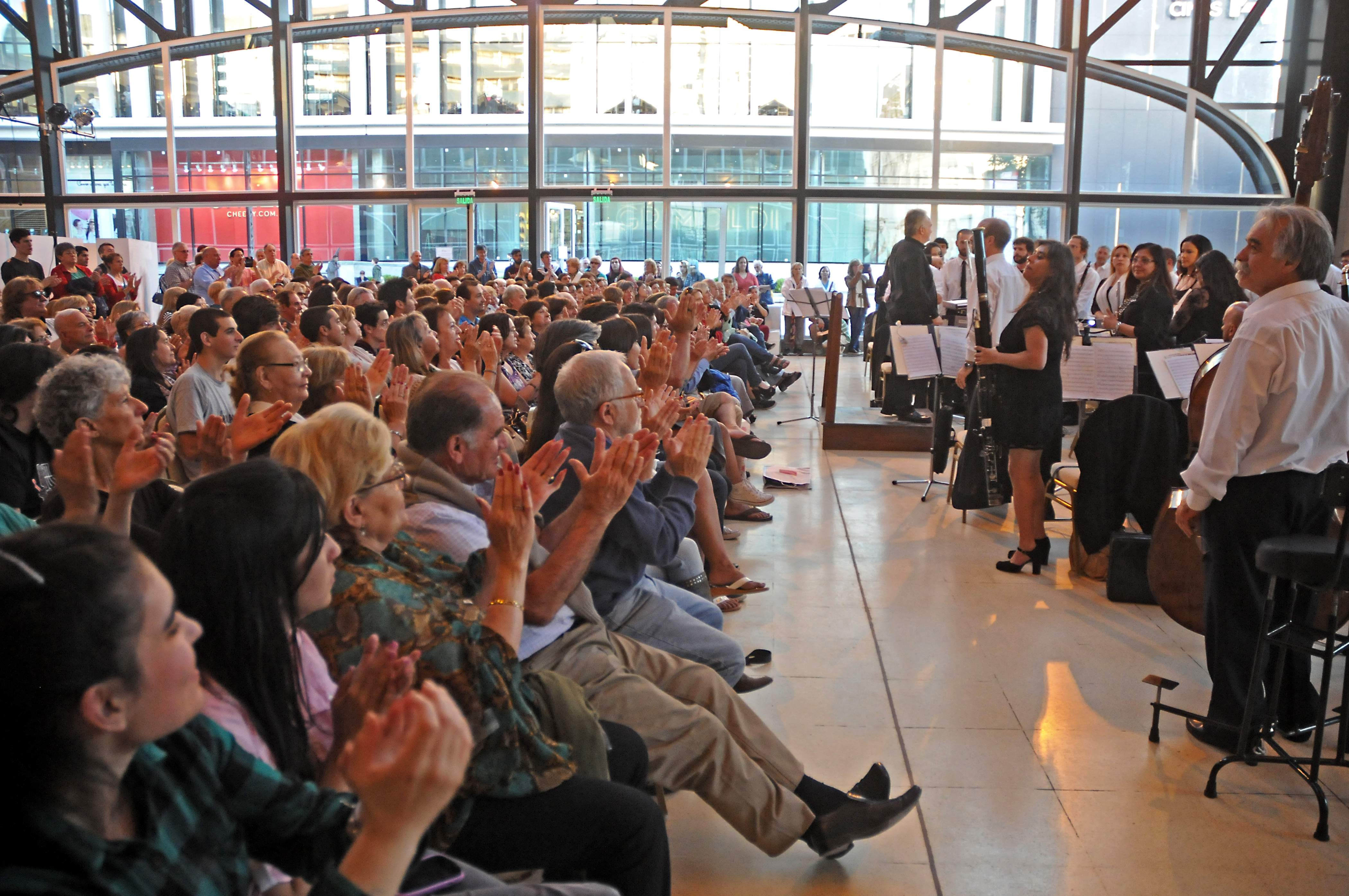 """La Banda Sinfónica Municipal y un """"concierto de película"""". Gran iniciativa de Cultura en el Paseo Aldrey, recibida con beneplácito por los marplatenses y visitantes."""