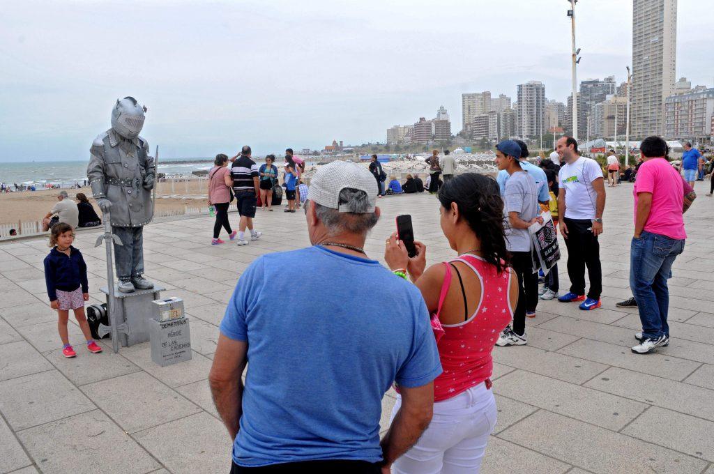 Buen movimiento turístico se registró el fin de semana largo. Mientras, siguen las críticas por lo sucedido con el Fondo de Promoción Turística. Así se explica la promoción cero de la ciudad.