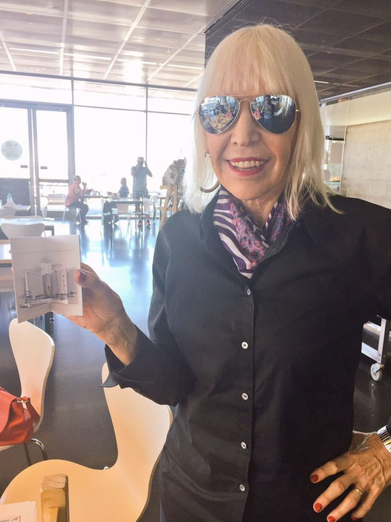 La artista plástica Marta Minujín pasó por el museo MAR durante el fin de semana a horas de haber logrado otro reconocimiento. Obviamente, constató que su lobo de alfajores se encuentra en perfectas condiciones.