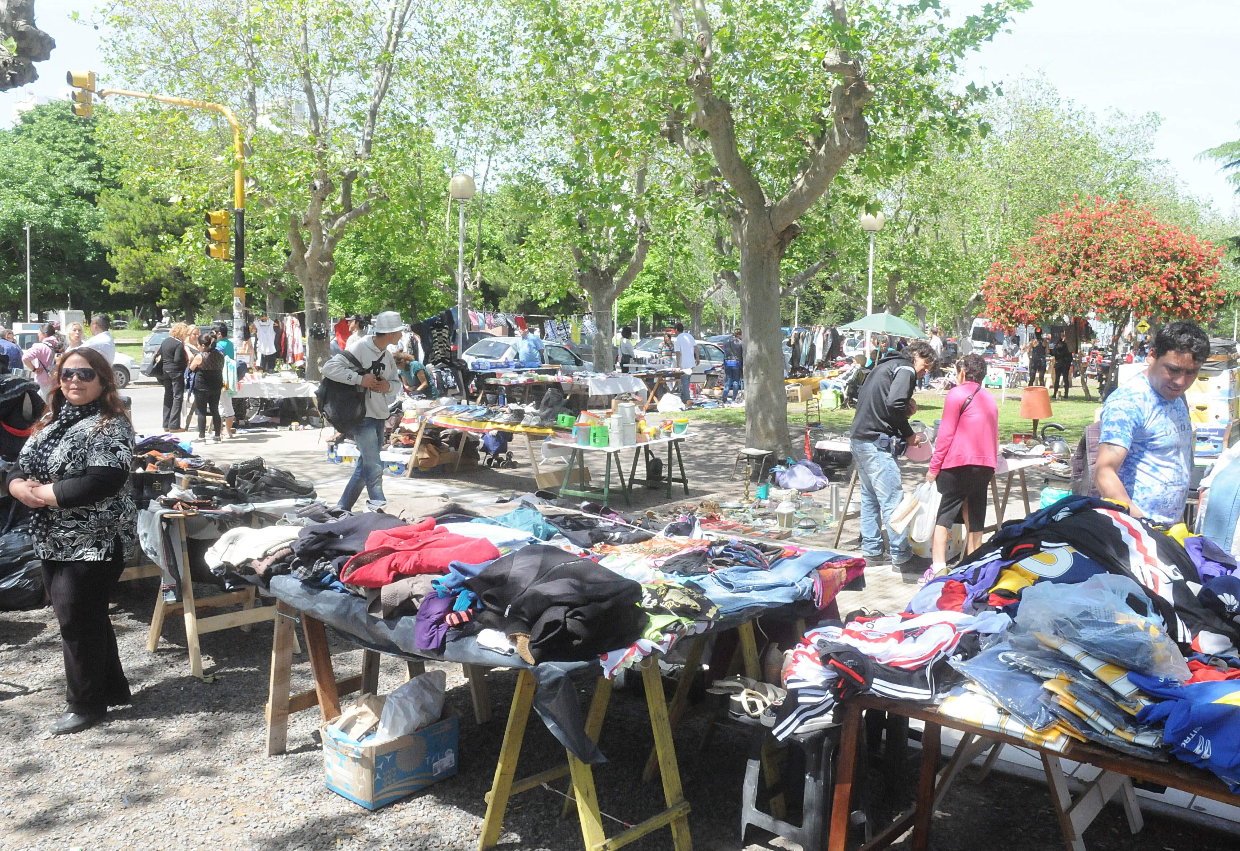 El estado que presenta la Plaza Rocha con la presencia de centenares de manteros a quienes se sumaron vendedores ambulantes de toda clase de productos, preocupa a los comerciantes de la zona.