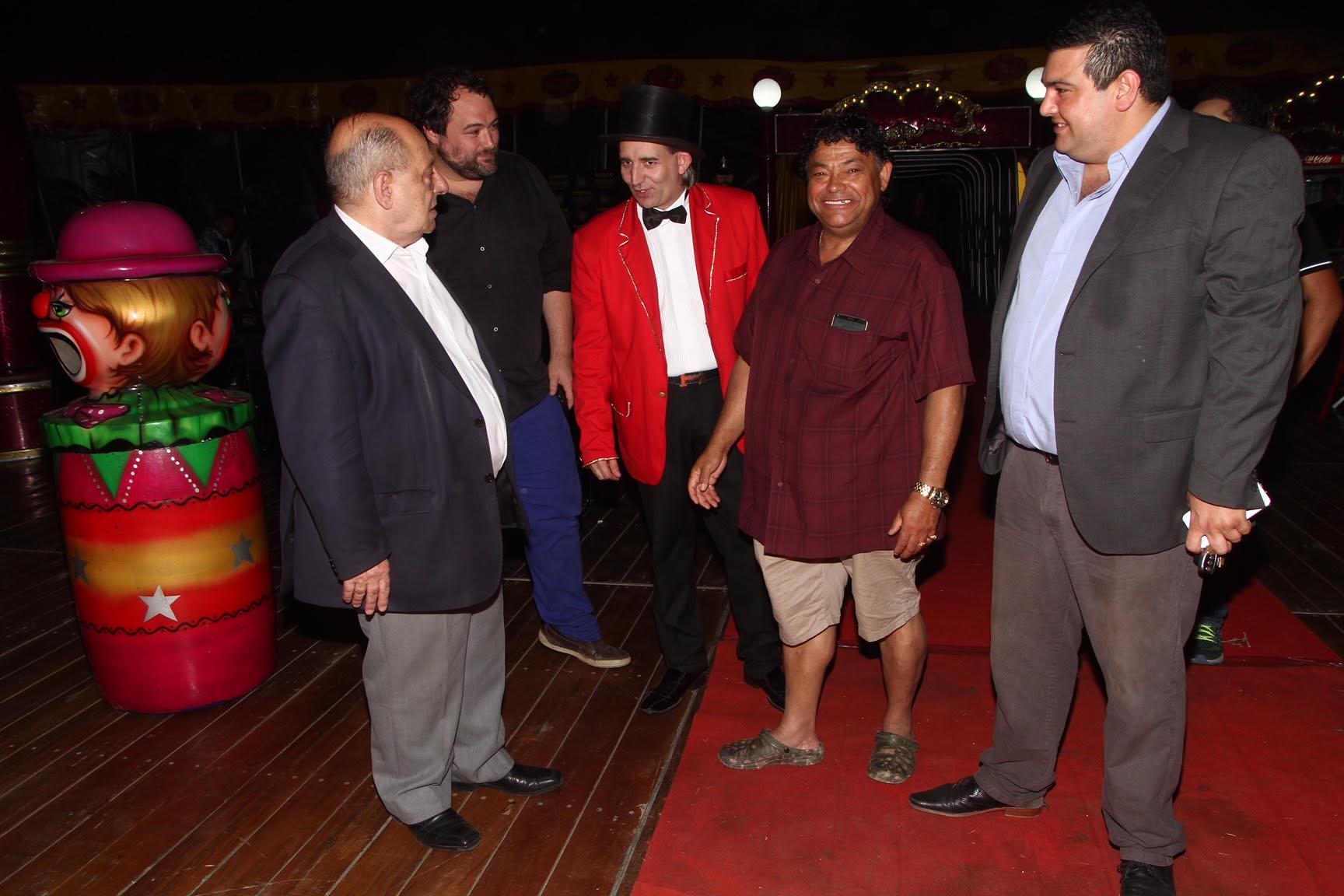 El intendente municipal, Carlos Arroyo, acompañado por Alvarito Fanproyen, saludando al Mago Sin Dientes y el titular del Circo Rodas, Jorge Rivero Suárez, tras la función inaugural. Ahora lo esperan en La Audacia.
