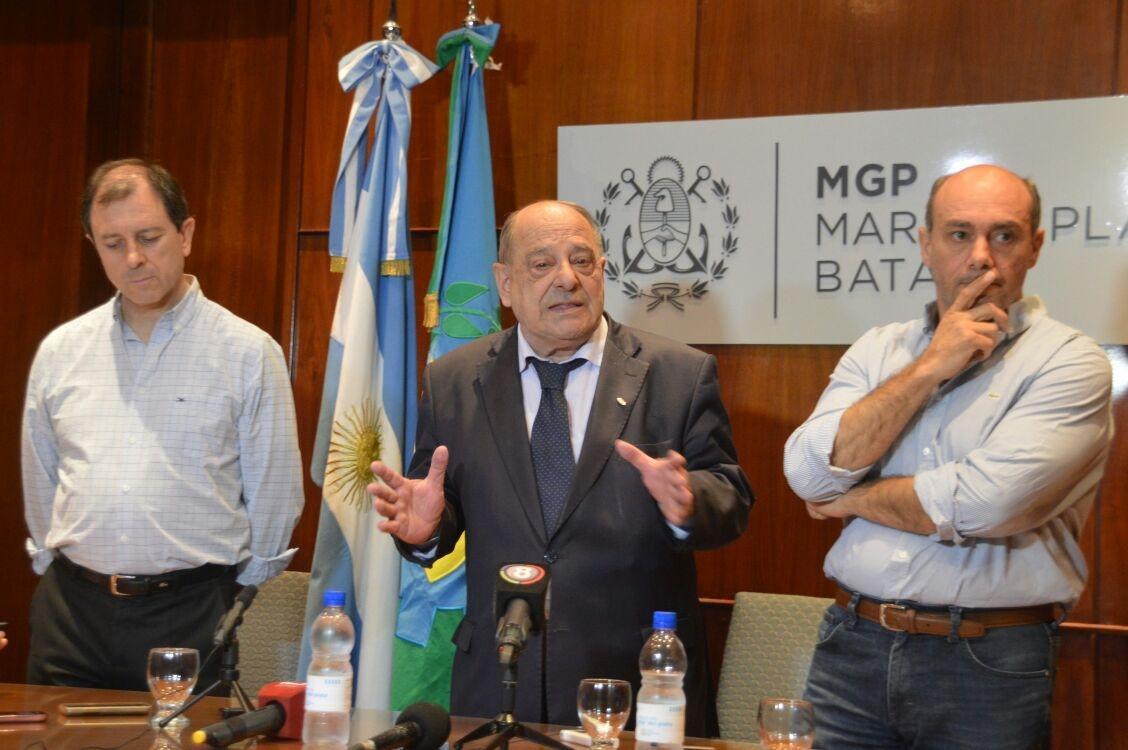 Gustavo Schroeder, Carlos Arroyo y Alejandro Vicente, en la conferencia donde le pidieron al Concejo que se vote el proyecto de las fotomultas. En pocos días todo cambió... La iniciativa, por ahora, al freezer.