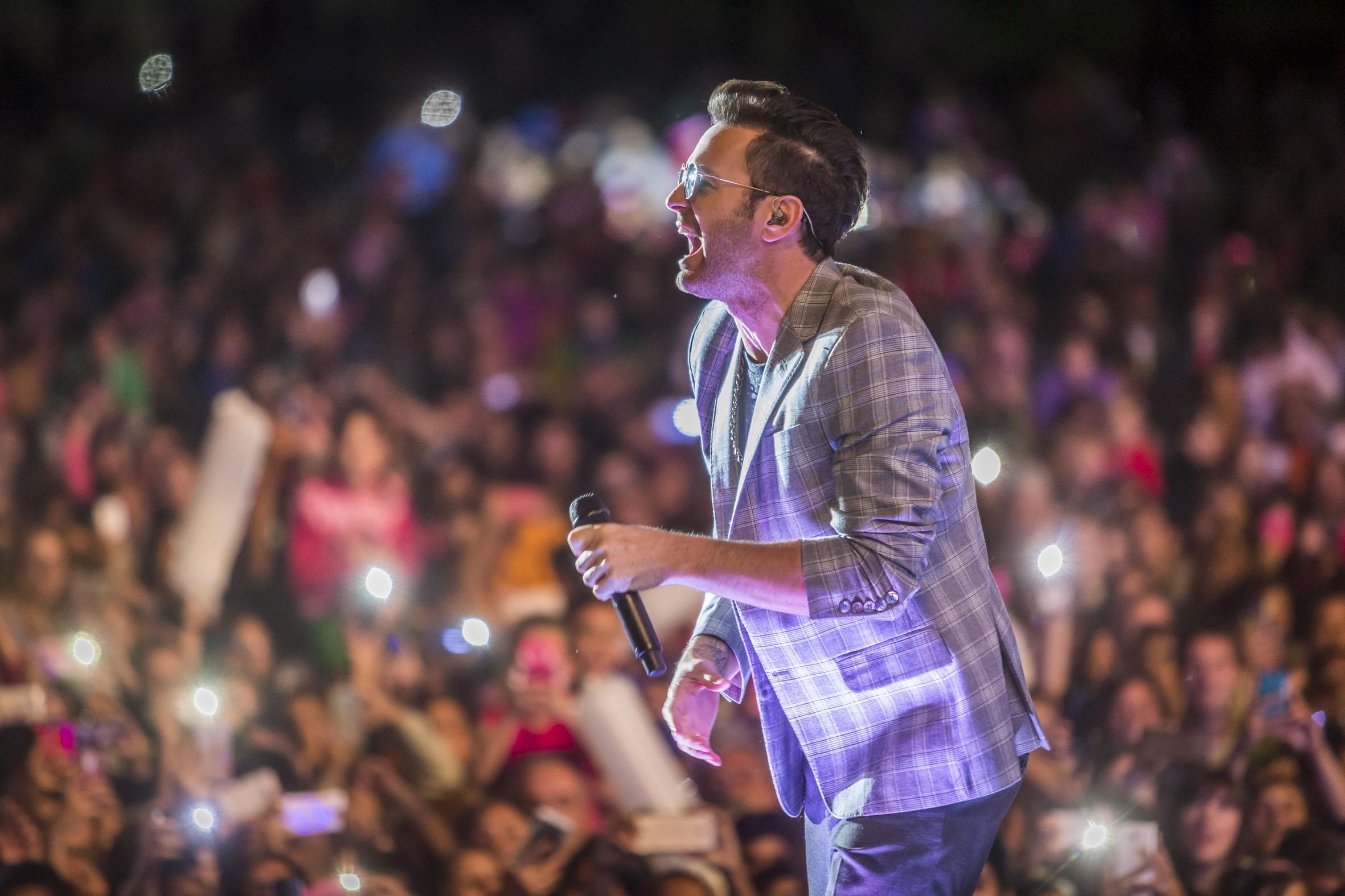 Axel cantó ante una multitud en Parque Camet, en el ciclo de recitales de Acercarte