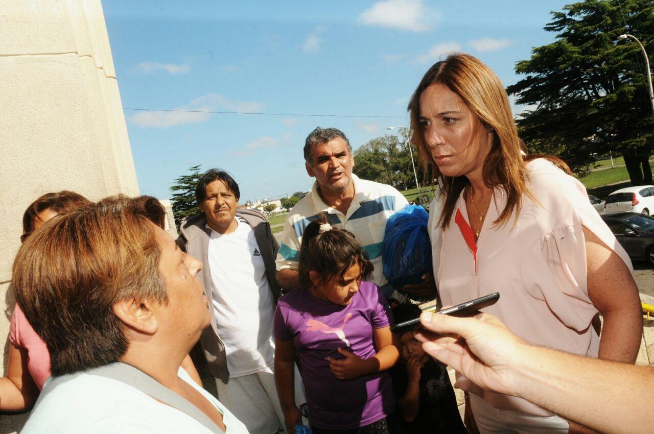 La gobernadora María Eugenia Vidal en Mar del Plata. En la foto, junto a familiares de pacientes que esperaban ser atendidos en la guardia del Interzonal.