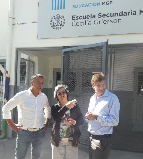 El concejal Cristian Azcona y Ariel Ciano se presentaron en la escuela para llevar la solución. Ya tienen internet.