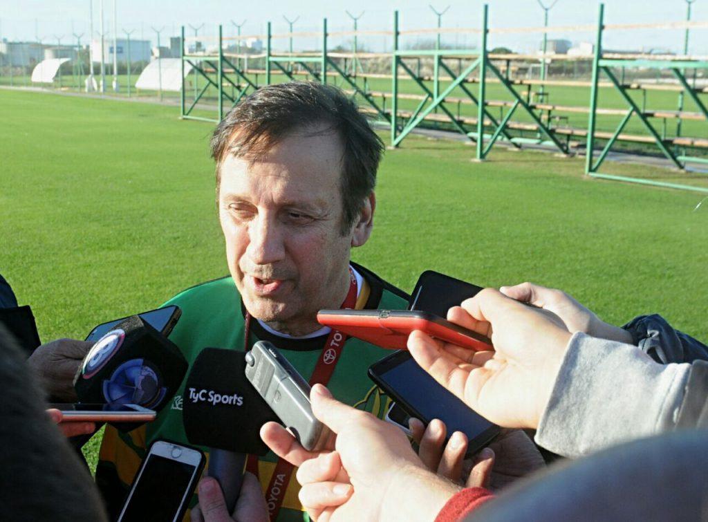 Perazzo en su contacto con los medios de prensa ya con el buzo de Aldosivi.