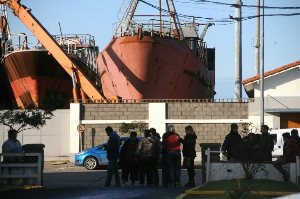 """Familiares de los tripulantes del buque """"Repunte"""" aguardan novedades en Prefectura Mar del Plata."""