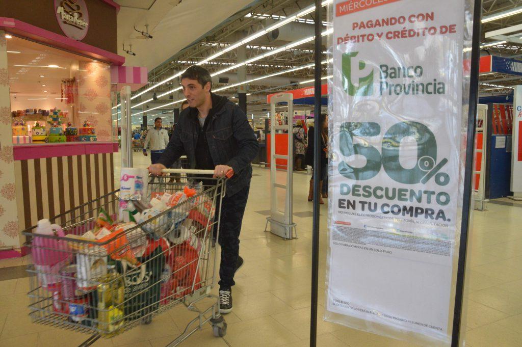 Por los importantes descuentos, largas colas en los supermercados