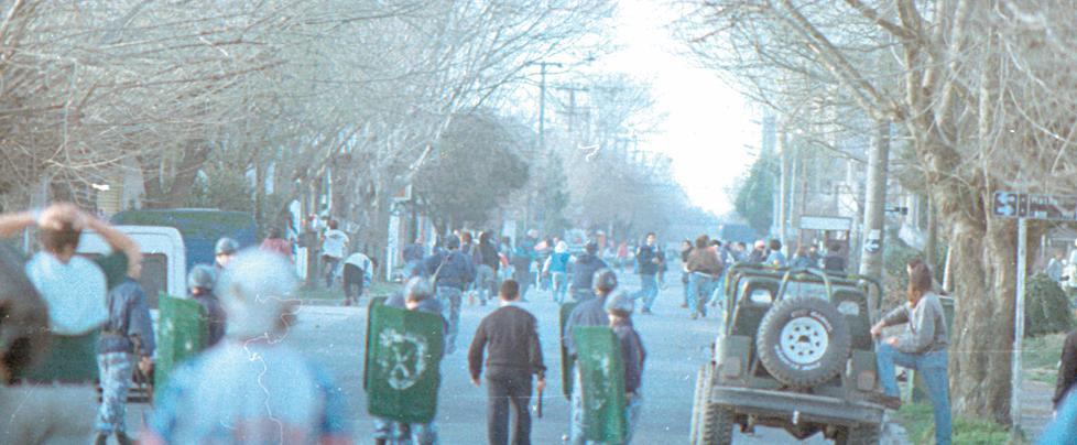 La policía intenta dispersar a los revoltosos en las afueras de la cancha de River.