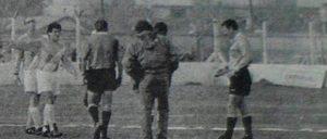 Los jugadores de Alvarado le piden a la terna arbitral que el juego continúe.