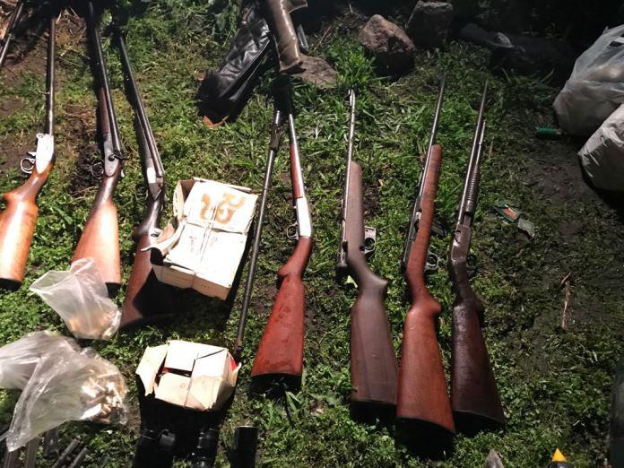 Detienen a policía retirado por alquilarle armas a delincuentes
