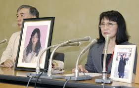 Los padres de la joven fallecida, en planea conferencia de prensa.