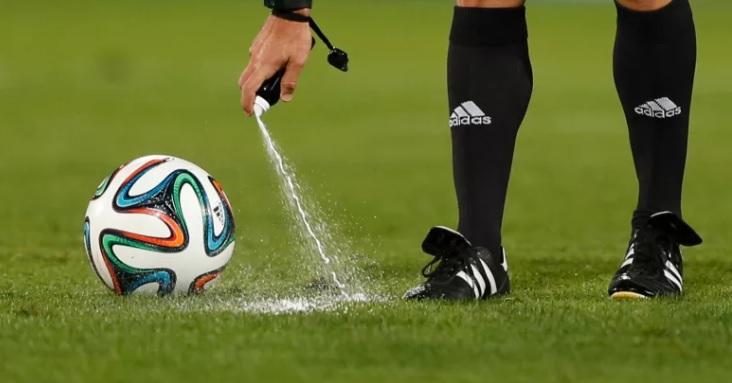 Creadores del spray que usan árbitros realizaron millonaria demanda contra FIFA