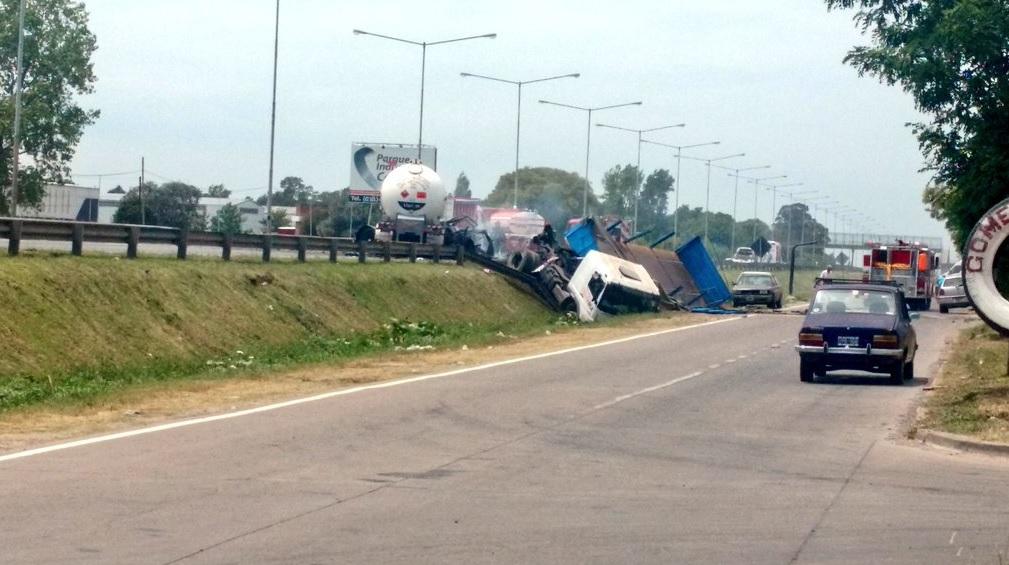 Explotó un camión con gas butano en la Panamericana: hay muertos