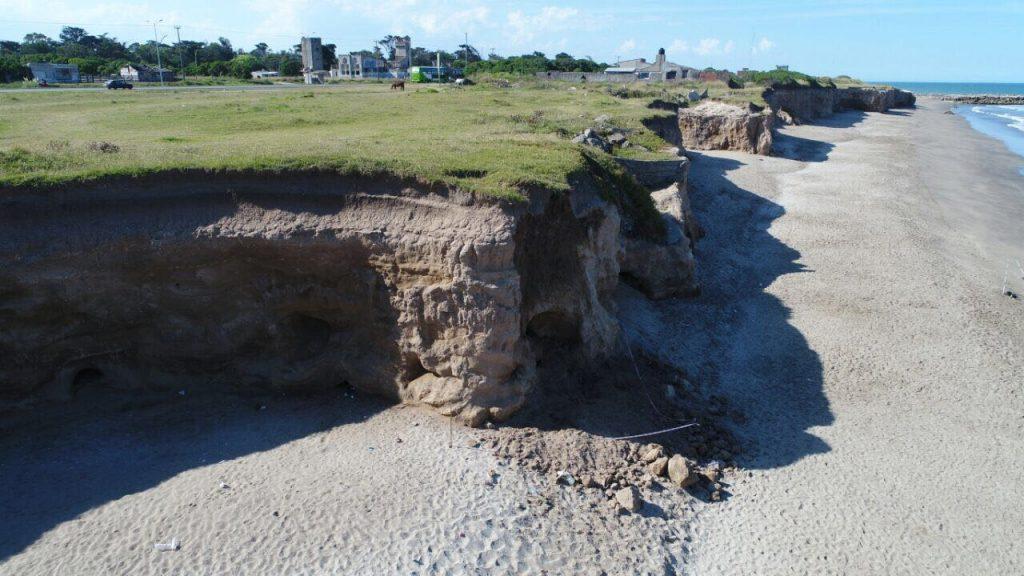 Niña que disfrutaba de la playa muere tras desprenderse un acantilado — Argentina
