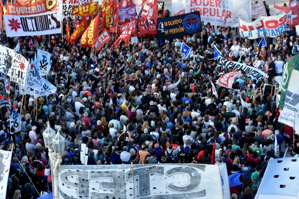 Miles de marplatenses se movilizaron contra la prisión domiciliaria de Etchecolatz.