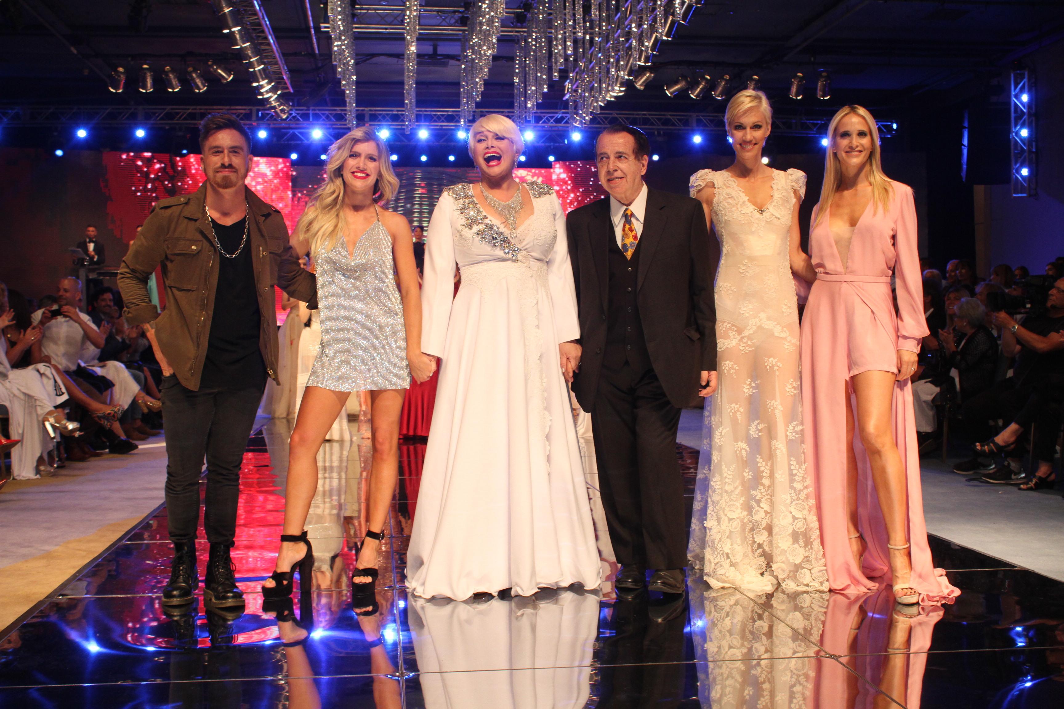 """El final del """"Mar del Plata Moda Show"""", con su organizador Héctor Vidal Rivas sobre el escenario, junto a Federico Bal, Laurita Fernández, Carmen Barbieri, Ingrid Grudke y Julieta Prandi."""