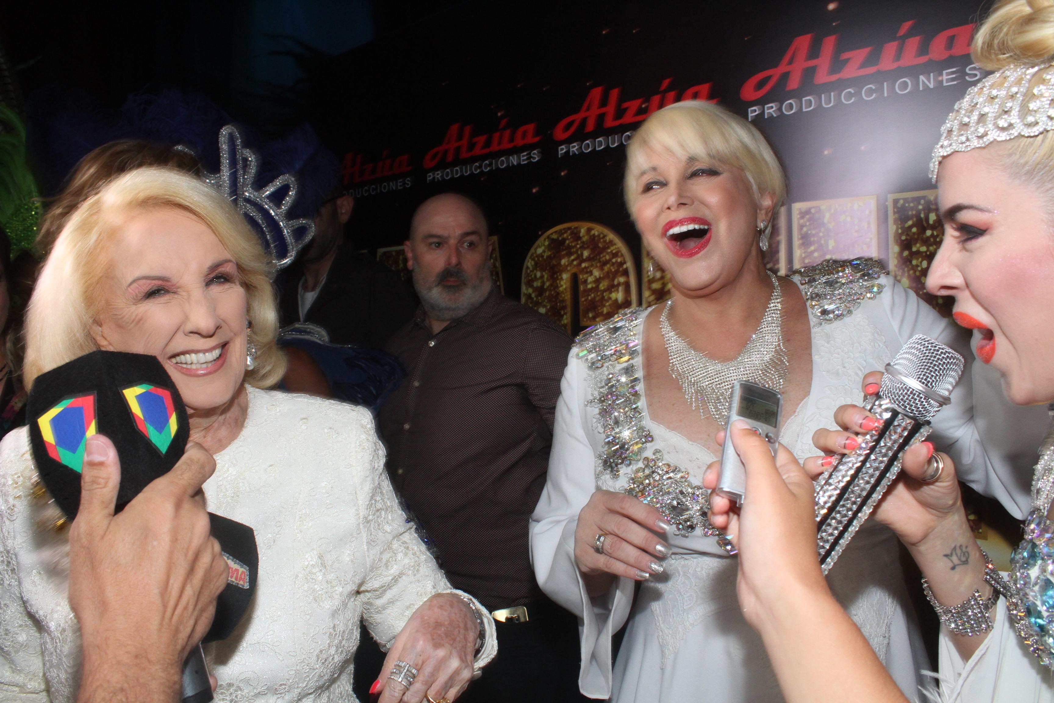 """Mirtha Legrand continúa con su visita a las obras teatrales. Días atrás estuvo en la encabezada por Carmen Barbieri, que la recibió junto al elenco de """"Magnifica"""". También estuvo su productor Juan Alzúa."""