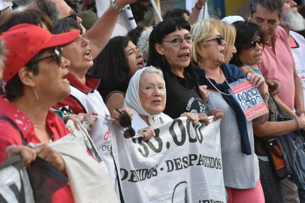 Caravana y señalización de calles contra Miguel Etchecolatz