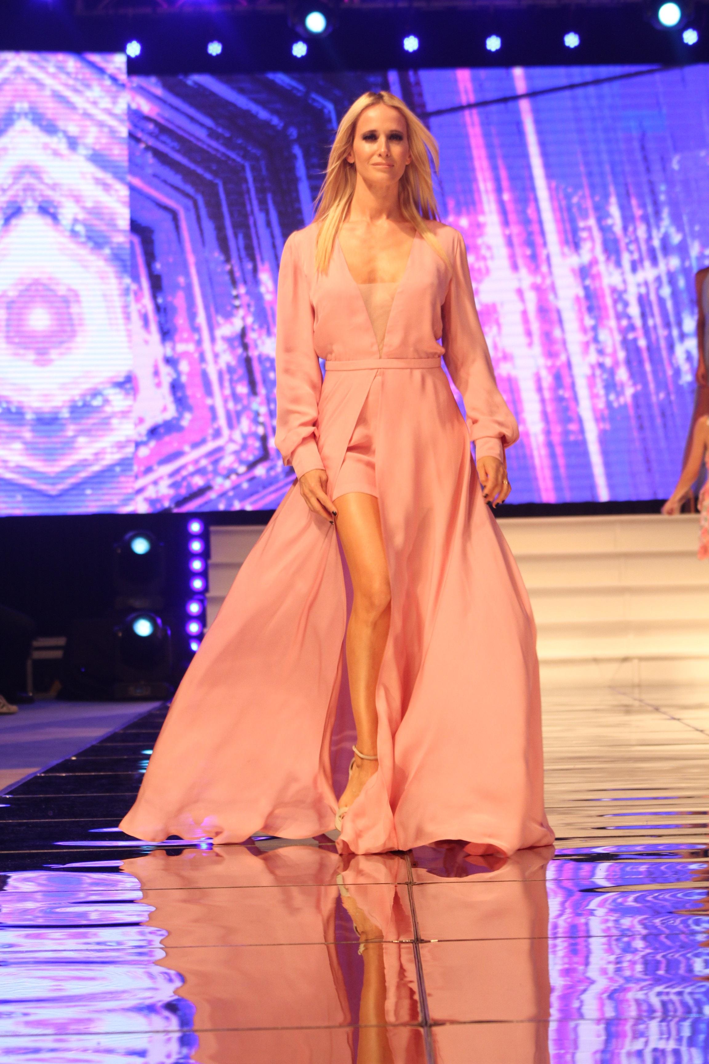 Julieta Prandi fue la encargada de inaugurar la pasarela del desfile de moda que lleva más de 20 presentaciones en la ciudad.