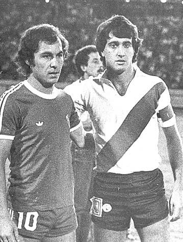 Bochini y Alonso posan para la foto antes del 4-3 de Independiente a River en enero de 1980. Esa noche nació la aureola de clásico imperdible del verano.