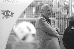 En todos los detalles. Albino Valentini al borde del campo de juego siempre, pero con el control de todo en el estadio y en cada torneo. Además, un marplatense más.