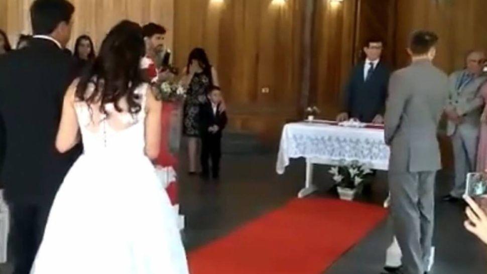 Gemidos en boda opacan marcha nupcial y avergüenza a novios — Video viral