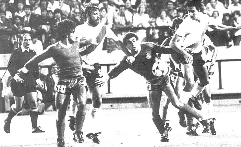 """Diego antes del diluvio, siempre con """"Mostaza"""" Merlo encima. Fue uno a cero de River en el 81. El principio de la despedida de Argentinos, en la previa del pase del siglo a Boca, que también se concretó aquí, en medio del Fútbol de Verano."""
