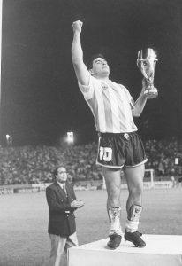 Diego Maradona levanta la Copa Intercontinental Artemio Franchi, oficial de la FIFA. Detrás de él, Albino Valentini, el organizador, con Torneos, de todo el Fútbol de Verano de ese tiempo y también de ese partido inolvidable.