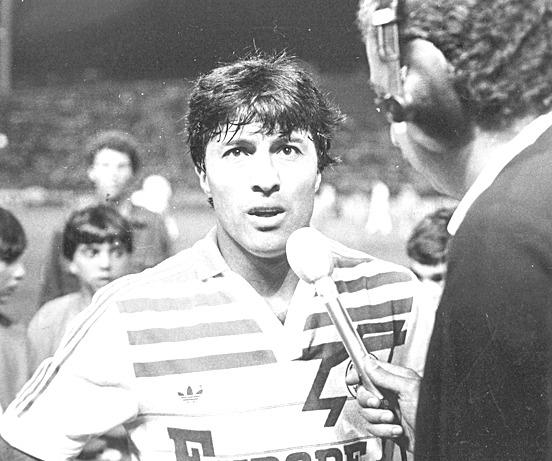 """El """"Vasco"""" Julio Olarticoechea con la camiseta de Nantes. Fue otra de las figuras de ese certamen y hasta le hizo un gol a Boca."""