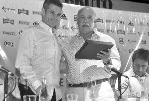 Alex Ganly, la posta en la organización del Fútbol de Verano, le entrega plaqueta al presidente Jorge Roberto Fernández, en reconocimiento a la Liga Marplatense de Fútbol por el acompañamiento al Fútbol de Verano durante 50 años.