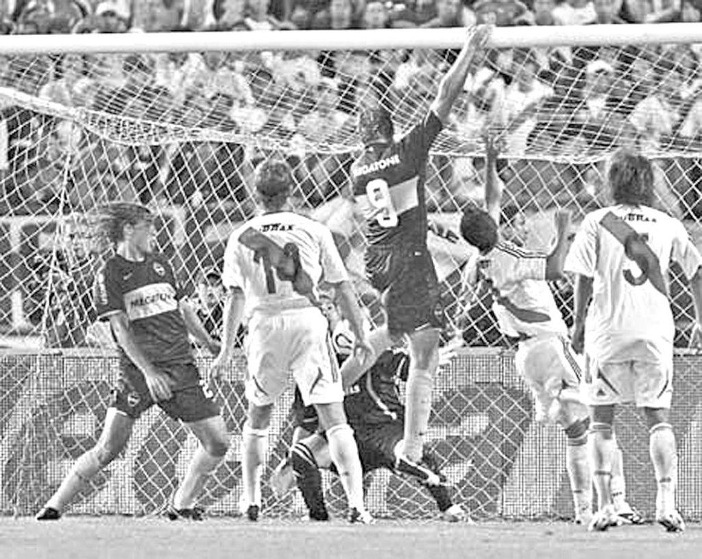 Martín Palermo marcó este gol colgado del travesaño tras gran centro de Riquelme. Triunfo claro de Boca 2 a 0 en 2008.