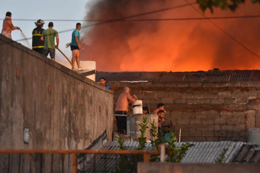 Voraz incendio en depósito de neumáticos en Mar del Plata