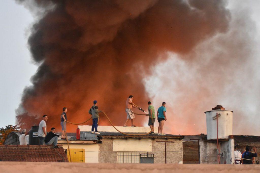 Tres dotaciones de Bomberos controlaron el incendio del barrio Centenario