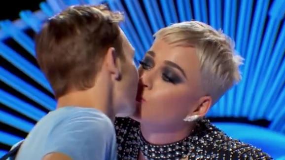 Katy Perry roba beso a concursante de American Idol Video