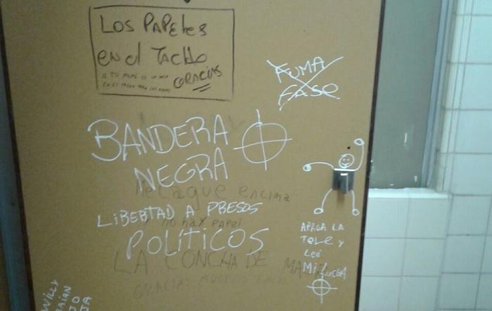 Pintada a favor de una agrupación neonazi que apareció en un baño de la facultad de Humanidades.