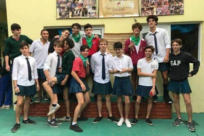 Alumnos con pollera para dar una lección de igualdad