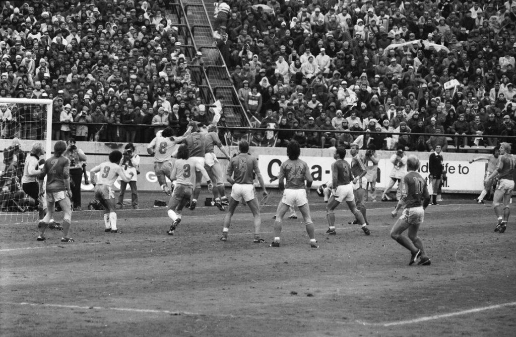 El momento del cabezazo de Zico, quien les ganó a todos los defensores. Foto archivo LA CAPITAL.
