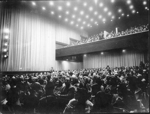 El Cine Teatro Diagonal en sus tiempos inaugurales. En la cartelera, Mercedes Sosa.