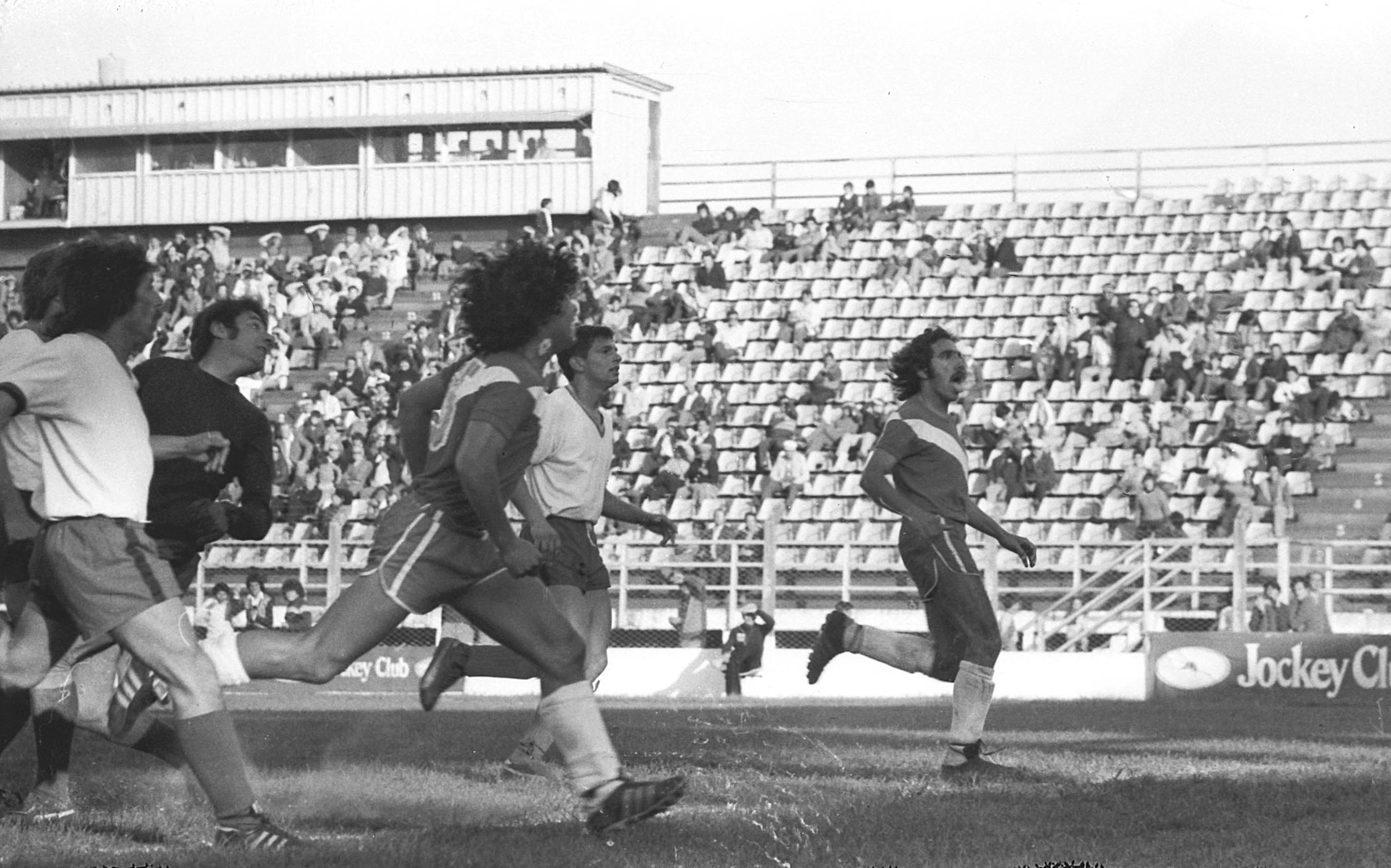 Maradona y Hallar con la vista hacia arriba, observando la consecuencia de la definición. Foto archivo LA CAPITAL.
