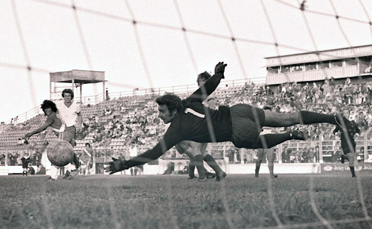 El zurdazo cruzado de Maradona supera a Lucangioli. Fue el primer gol de Diego en Primera.