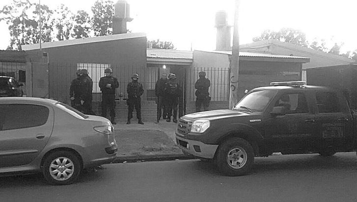 Entre las medidas tomadas durante la investigación estuvo el allanamiento a la casa de uno de los sospechosos y el secuestro de un arma.