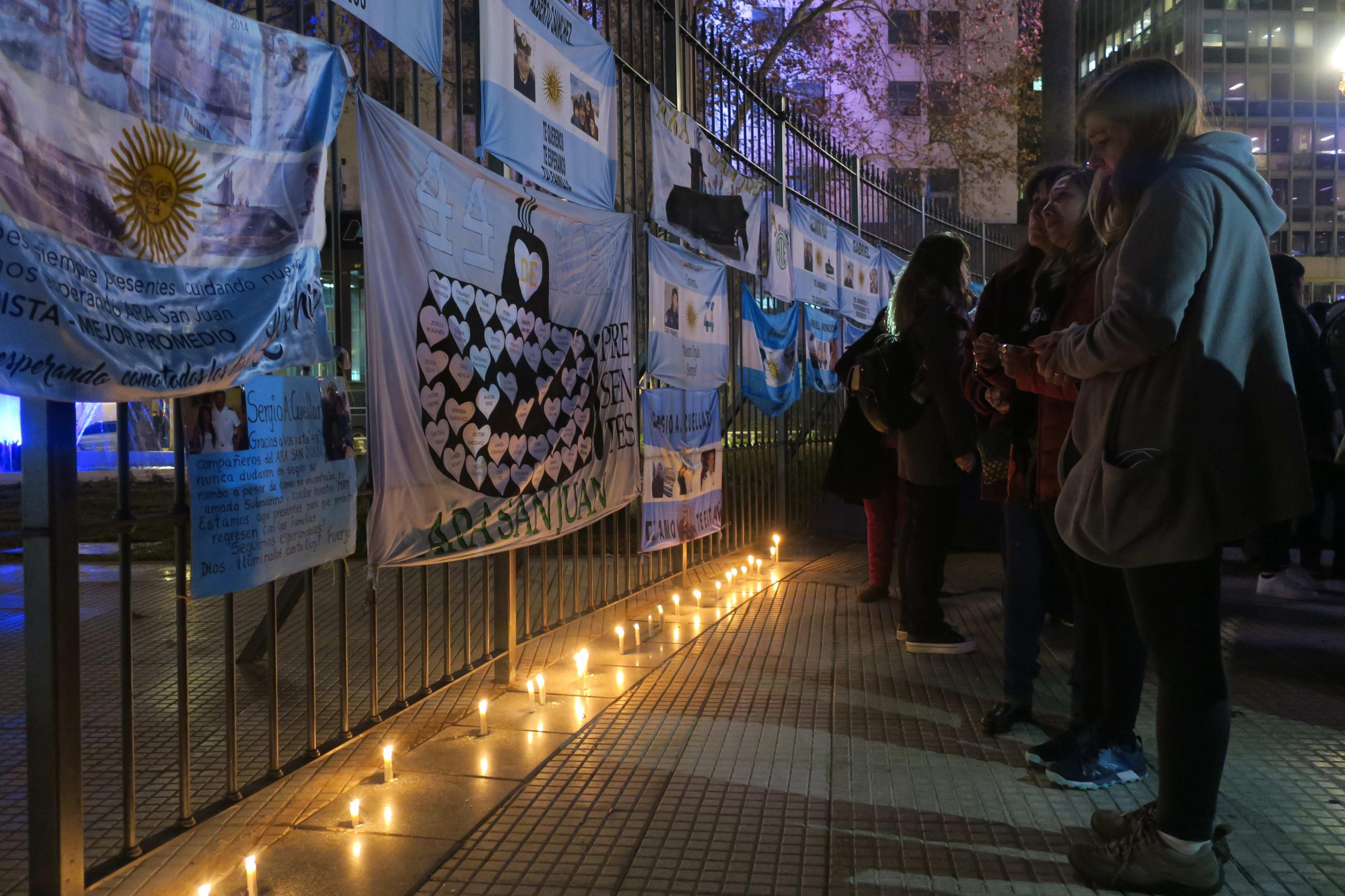 Familias de tripulación de submarino argentino protestan frente a Gobierno