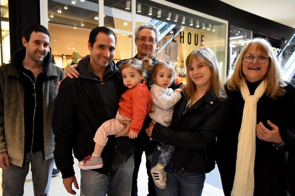 Amor multiplicado. Papás, abuelos y tío festejaron el día de 'las melli' Lara y Bianca, de 20 meses.