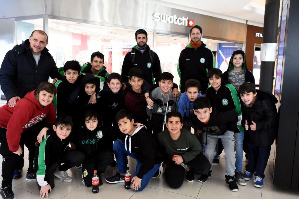 El equipo de básquet de Ensenada se tomó un recreo de los partidos para disfrutar un rato en los jueguitos.