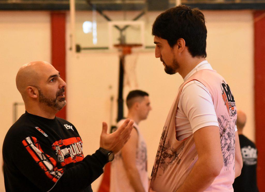 Javier Bianchelli y Eduardo Vassirani dialogan durante la práctica.